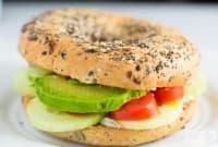 Домашни сандвичи със семена, авокадо и мус от крема сирене с копър