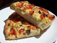 Чеснова фокача с домати, маслини и розмарин