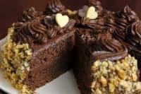 Сиропирана шоколадова торта с коняк и орехи