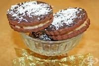 Двойни шоколадови бисквитки с млечен кокосов крем и глазура