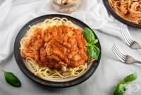 Спагети с боб и пикантен доматен сос с пармезан