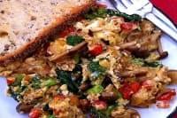 Топла зеленчукова салата с омлет и гъби