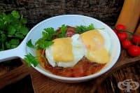 Яйца с лук, вино, бекон и кашкавал