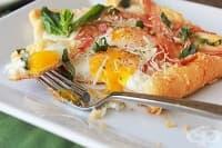 Закуска от бутер тесто с яйца, бекон и пармезан
