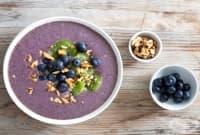 Здравословна закуска с акай и боровинки