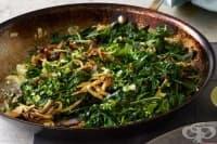 Пържен лук със зелено листни зеленчуци