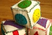 Зарадвайте малчуганите с кубчета от филц