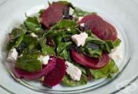 Насърчете отслабването със свежа салата от листа от червено цвекло