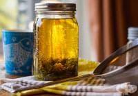 Балансирайте хормоните с чай от касис, детелина и жълт кантарион