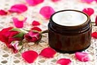 Подхранете кожата на лицето си с крем от ланолин, пчелен восък, розова вода, бадемово и етерично масло
