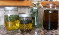 Направете си слънчева инфузия от билки и зехтин