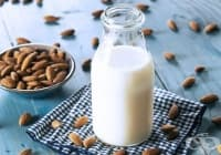 Използвайте бадемово мляко за плътни и обемни вежди