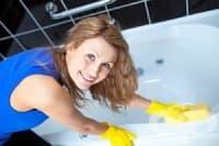 Напръскайте мивката и тоалетната с оцет, за да убиете микробите