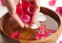 Облекчете палмарната хиперхидроза с розова вода