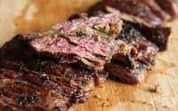 Използвайте сок от кисели краставици, за да направите месото по-крехко