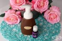 Премахнете грима и освежете кожата си с лосион от розова вода, кастилски сапун, глицерин и етерични масла