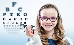Възпаленото и сълзящо око може да е признак за проблеми с диоптрите при децата