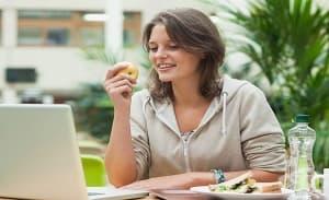 Ако ядем ябълка преди да отидем на пазар, ще купим повече здравословни продукти