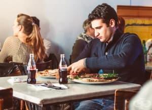 8 неочаквани правила, които трябва да спазвате, докато се храните в чужбина