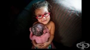 3-годишно момиче присъства на раждането на братчето си