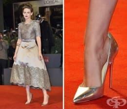 Защо звездите носят по-голям номер обувки на червения килим?