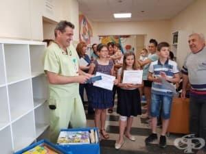 """Сияна, Ния и Борис дариха над 800 детски книжки на Университетската болница """"Пирогов"""""""