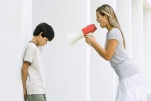 Контролираща и нарцистична майка – какво може да стори на децата си