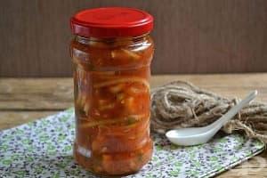 Консервиран лук в доматен сос с магданоз