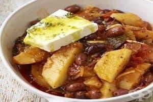 Задушени картофи с маслини, домати и чесън
