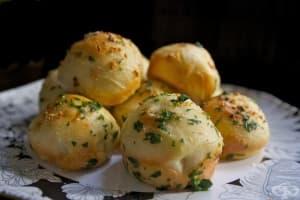 Млечни хлебчета с маслена глазура и подправки
