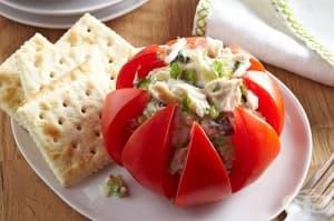 Ефектни пълнени домати с риба тон и орехи