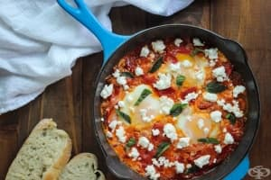 Задушени яйца по гръцки