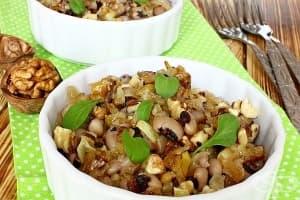 Бобена салата с пържен лук и запечени орехи