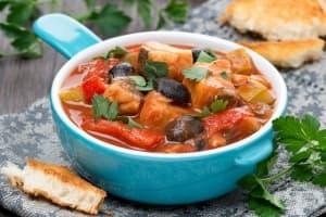 Задушено филе от треска със зеленчуци и маслини