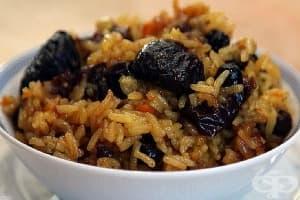 Кафяв ориз със сушени плодове, моркови и лук