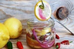 Мариновани лимони с чесън, лук и каперси