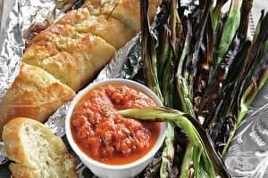 Пресен чесън на жар със сос от печени зеленчуци и франзела с масло