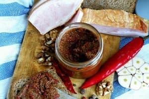 Пикантна паста от чушки с орехи, чесън и къри