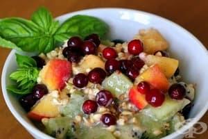 Плодова салата с кълнове от елда и мед