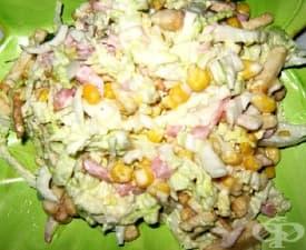 Салата от прясно зеле с шунка, царевица и крутони