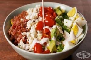 Яйчена салата с бекон, авокадо и домати