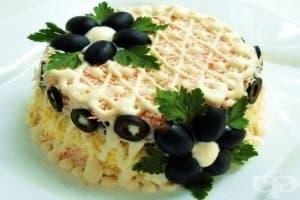 Яйчена салата с кашкавал, маслини и рулца от раци
