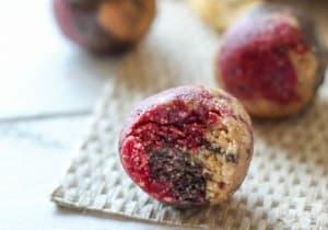 Направете си енергийни бонбони от ягоди, банан и фурми