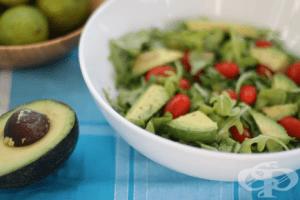 Облекчете менструалните болки със салата от рукола, авокадо и домати