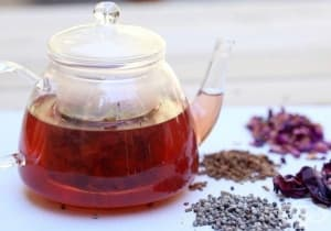 Облекчете симптомите при менопауза и предменструален синдром с чай от роза, витекс и хибискус