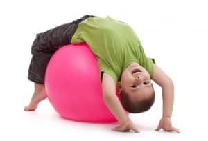 Упражнения с фитнес топка, с които да подобрите стойката на вашето дете