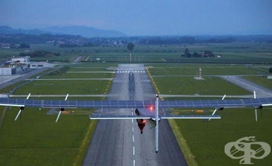 """Захранваният със слънчева енергия самолет """"Слънчев импулс 2"""" излетя от Абу Даби - изображение"""