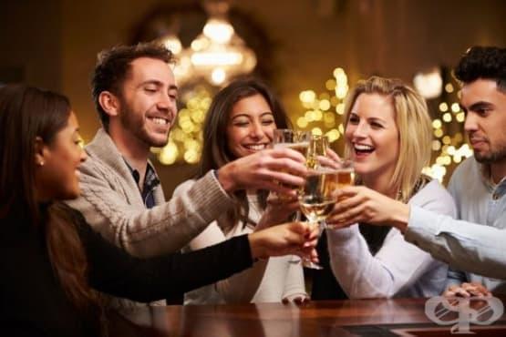 Алкохолът с приятели е полезен - изображение