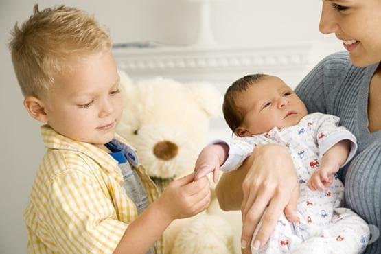 Как да се справим с детската ревност към по-малкото братче или сестриче - изображение