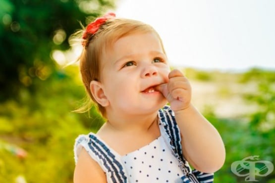 Продължителното смучене на палеца и биберона причинява обратна захапка при децата - изображение